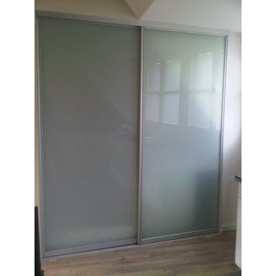 Schiebetür von Raumplus als Raumteiler, Türfüllung VSG mit matterfolie.Raumplusschbetüren mit einer VSG Glasfüllung mit matter Folie, dahinter befindet sich eine Dusche und ein Waschbecken  Hinter der Tür ist eine Dusche und ein Waschbecken.
